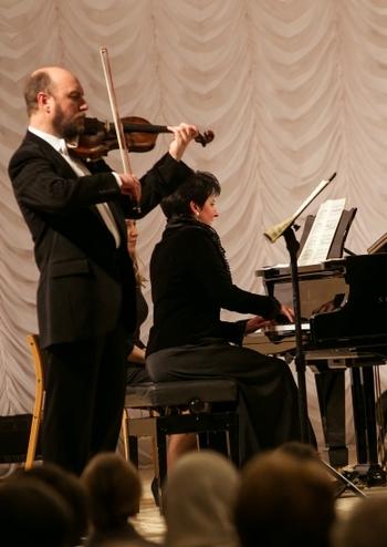 Дует солістів: Герман Сафонов (скрипка), Олена Строган (фортепіано)